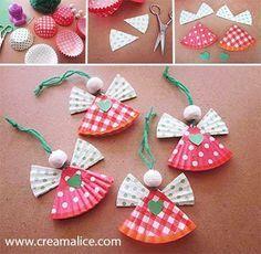 Forminhas, bolinha de isopor ou miçanga, lã, tesoura e cola! Um lindo enfeite! Imagem:http://www.wimp.com/holiday-uses-for-cupcake-liners/
