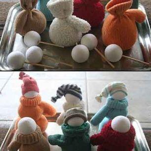 Aqui meias velhas e bolinhas de isopor viram simpáticos bonequinhos de neve! Foto: http://diyandcrafts.com/pin/1886/