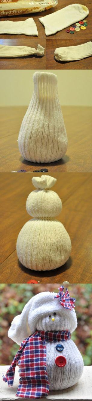 Esse modelinho é o mais simples! Meia+ botões+ arroz para encher+alfinetes+retalho de tecido= Bonequinho fofo!Imgem: http://addicted2fashion.org/2013/11/12/diy-sock-snowmen/