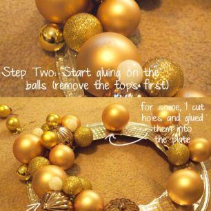 Aqui vários modelos e tamanhos de bolinhas, cola quente e uma forma descartável dourada! Simples e lindo! Imagem: http://recreated.ca/2012/11/21/amaze-balls-diy-holiday-wreath/