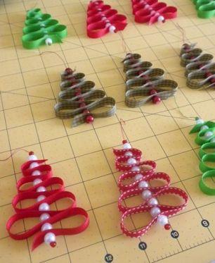 Miçangas, fitas coloridas e linha! Fácil e lindo! Imagem: http://thewhoot.com.au/whoot-news/crafty-corner/ribbon-christmas-tree-decoration